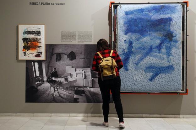 Boceto y matalàs de la pintora Rebeca Plana junto a la imagen de su estudio