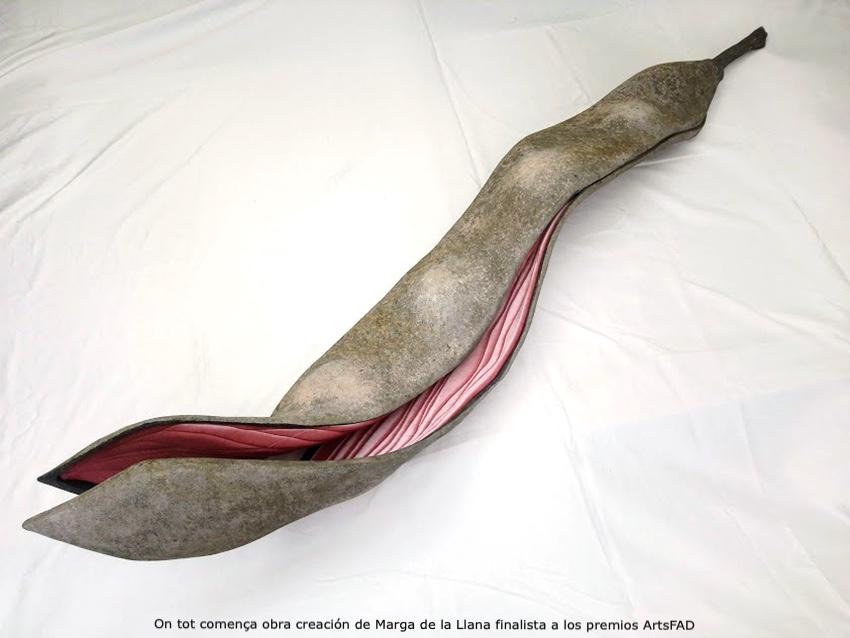 La obra seleccionada para los premios ArtsFAD creada por Marga de la Llana es una vaina de dos metros realizada en resina y terciopelo