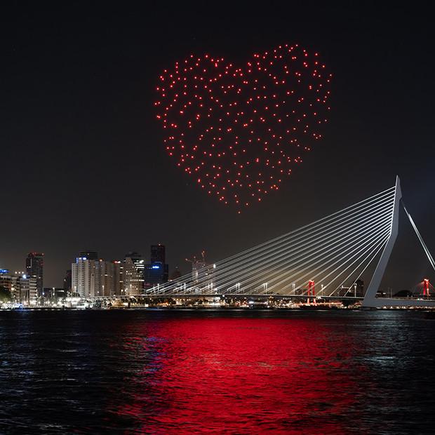 Escultura de luz con forma de corazón creada con drones en el aire